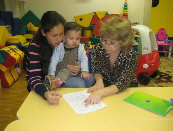 Социальный педагог консультирует маму с ребёнком