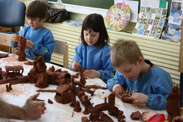Дети создают композицию из глины