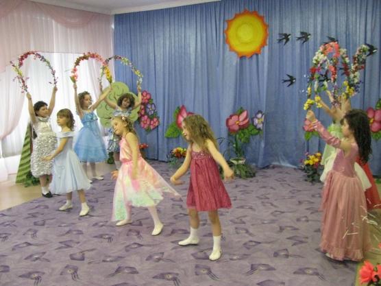 Девочки в бальных платьях участвуют в театральной постановке