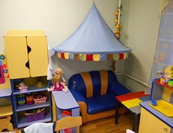 Уголок уединения: сине-жёлтое кресло и голубой шатёр над ним