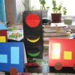 Светофор, автомобили и дом из цветной бумаги