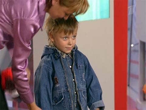 Воспитательница помогает мальчику одеться