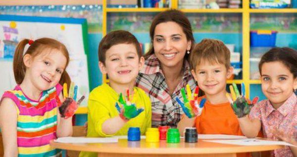 Воспитательница и четверо детей с ладошками в красках