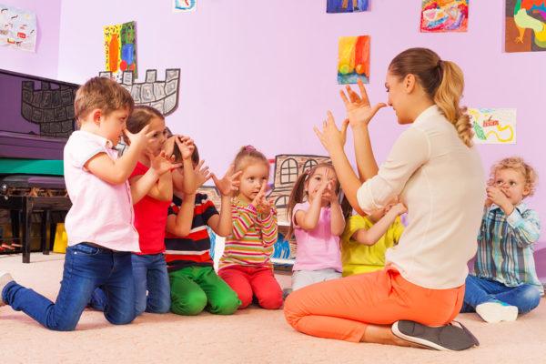 Воспитательница и дети показывают пальцами нос