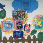 Выставка детских работ на стене группы