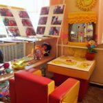 Центр психологической разгрузки: красно-оранжевое кресло, на столе вырезанные солнышки