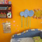 Центр психологической разгрузки: оранжевая стена, голубое мягкое облако над синим диванчиком