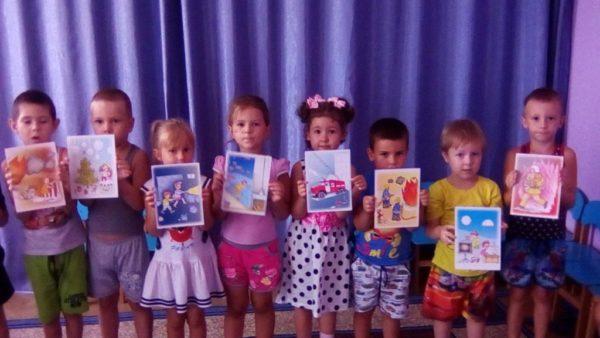 Дети держат картинки с изображениями времён года, правил ЗОЖ