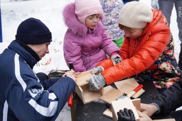 Девочка помогает взрослым делать кормушку для птиц