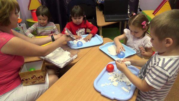 Дети изучают свойства кинетического песка