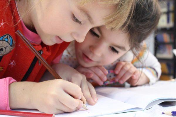 Дети рисуют в тетради