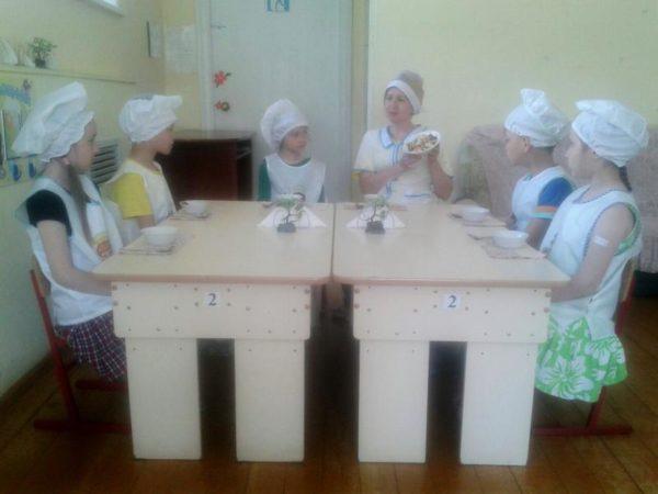 Дошкольники учатся сервировать стол в детском саду