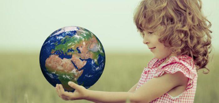Девочка держит в руках планету
