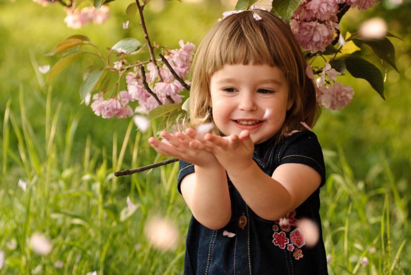 девочка ловит лепестки