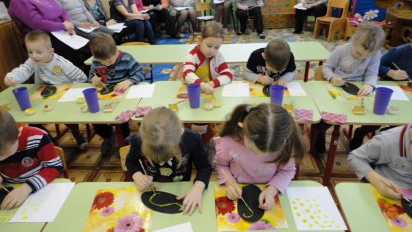 Дошкольники делают поделки к празднику 8 Марта