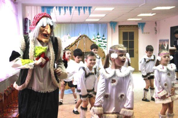 Дети и педагог в костюмах участвуют в представлении «Зимняя сказка»