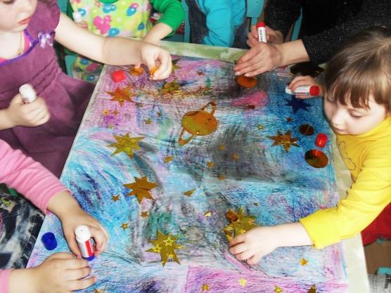 Дети делают совместную композицию на космическую тему
