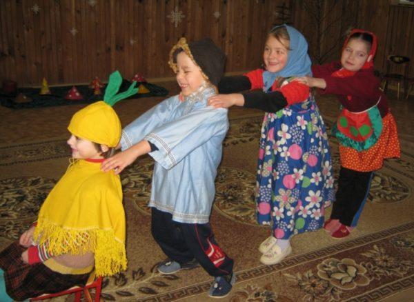 Дети участвуют в игре-драматизации по сказке «Репка»