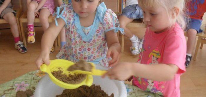 Изучение свойств песка в младшей группе детского сада