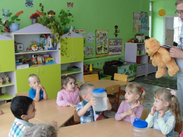 Младшие дошкольники изучают свойства воды