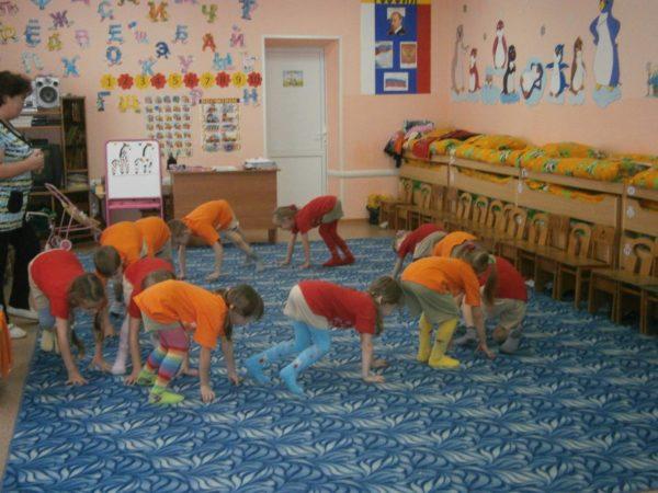 Дети ходят по ковру на четвереньках