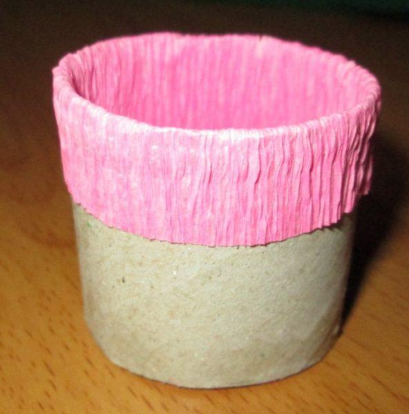 Втулка от бумажных полотенец, обклеенная цветной бумагой