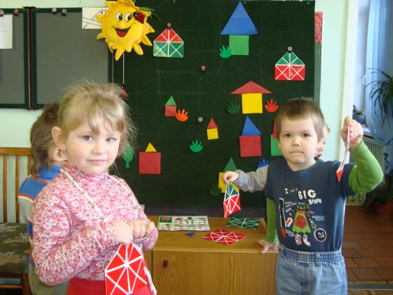 Дети держат в руках квадраты Воскобовича