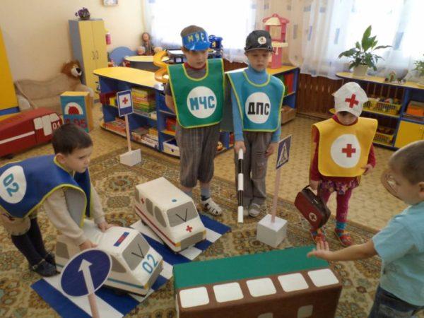 Дети играют в сюжетно-ролевую игру «Авария»