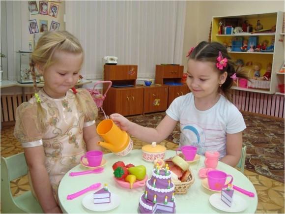 Две девочки играют в чаепитие