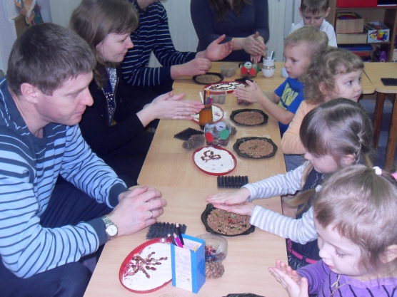 Дети и родители участвуют в творческом мастер-классе