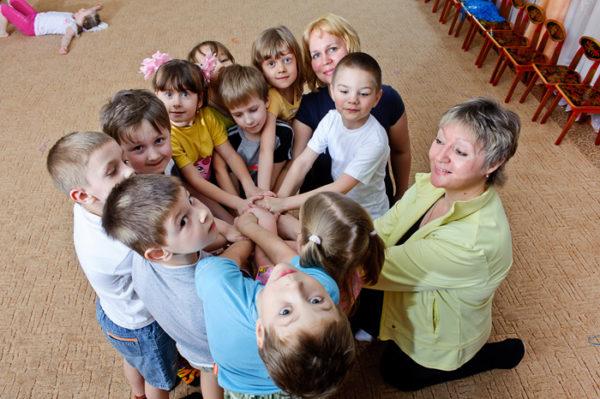 Воспитательницы с детьми соединили руки