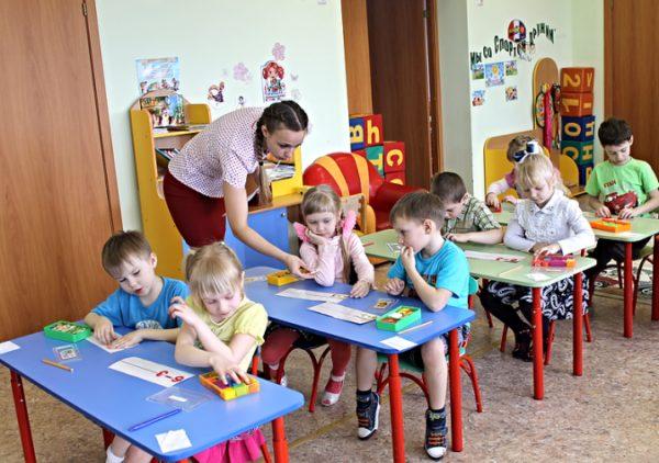 Дети сидят за партами, занятие по ФЭМП