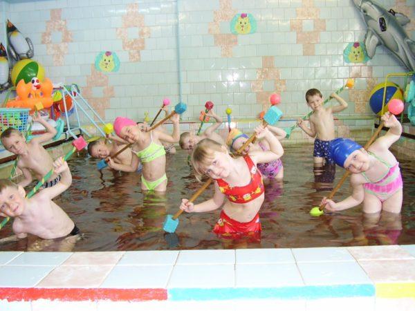 Дети выполняют упражнения в бассейне