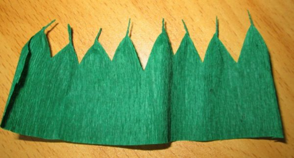 Зелёная бумага с вырезанными зубчиками
