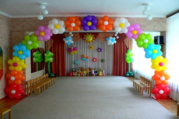Внизу центральной стены зала расположена скамейка с игрушками