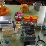 Различные материалы для проведения опытов стоят на столе