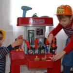Два мальчика играют играют с пластмассовыми интрументами