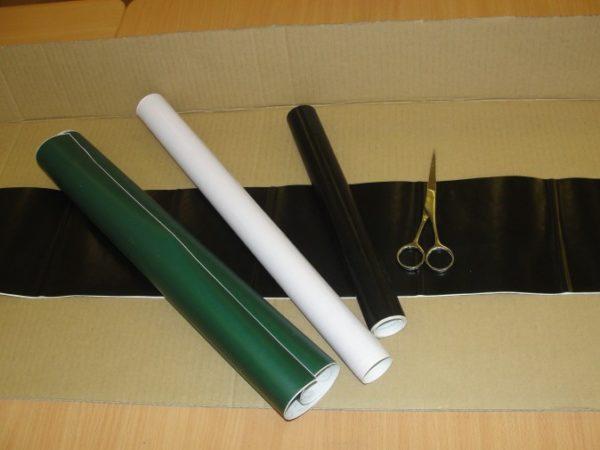Большой кусок картона, самоклеящаяся бумага и ножницы