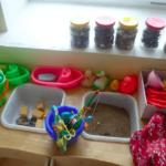 Центр практических исследований с песком, игрушками и природными материалами