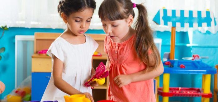 Через диалог и игровое действие проявляются взаимоотношения детей