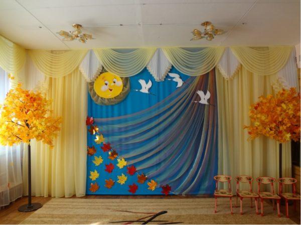 Декорация изображает птиц, улетающих осенью на юг