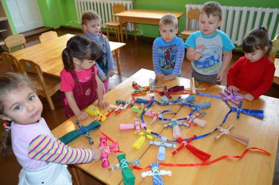 Дети делают цепочку из куколок-мотанок