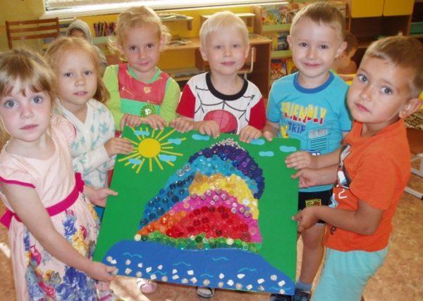 Дети держат коллективную поделку Радужная гора