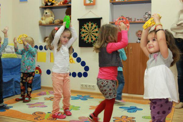 Дети ходят по ковру с бубнами в руках