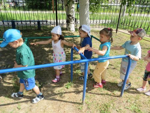 Дети ходят по турникету-лабиринту