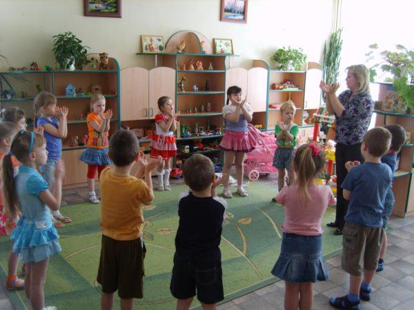 Дети и педагог стоят в кругу и выполняют логоритмическое упражнение