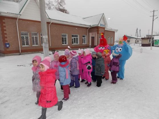 Дети идут на экскурсию, два сказочны персонажа-ростовые куклы идут позади