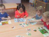 дети играют в дидактическую  игру