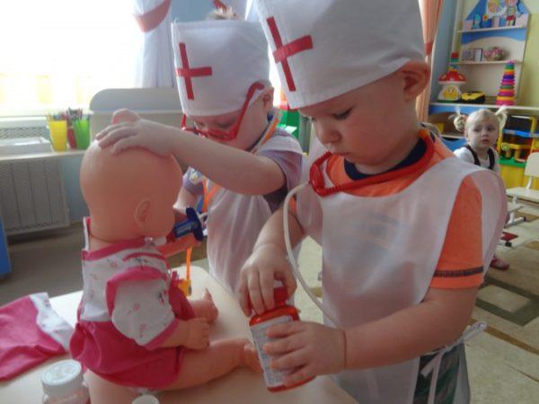 Дети играют в докторов