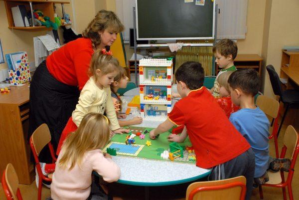 дети конструируют дом из лего